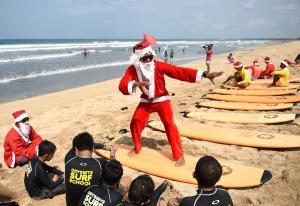 santa-surfing-in-bali