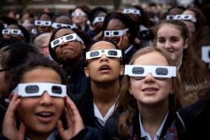 students-viewing-near-total-eclipse_Londo-England_03202015